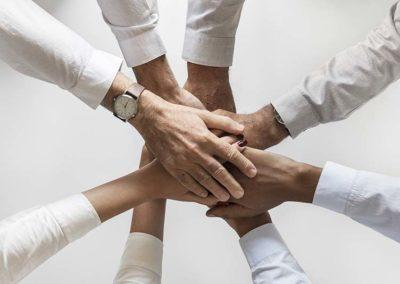 Ein Team hält die Hände zusammen
