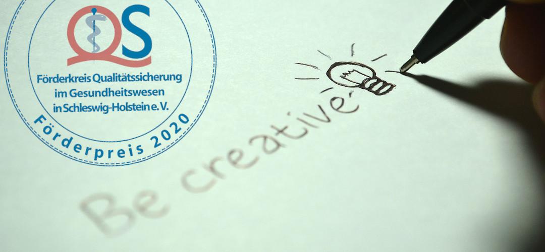 """Eine Hand schreibt und malt """"Be creative"""" mit einer Glühbirne dahinter. Links oben das Logo des Förderpreises"""