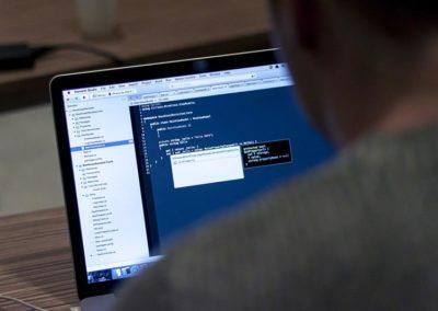 Programmierer vor einem Bildschirm