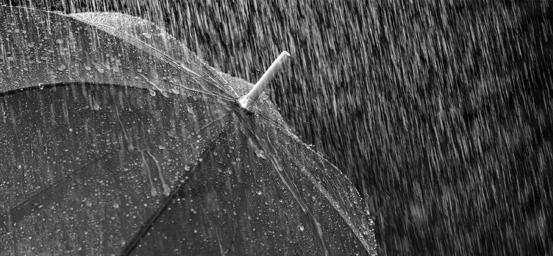 Regenschirm auf den starker Regen fällt