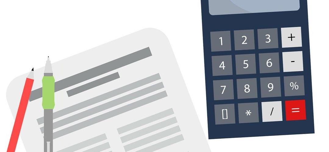 Dokument mit Stiften und Taschenrechner